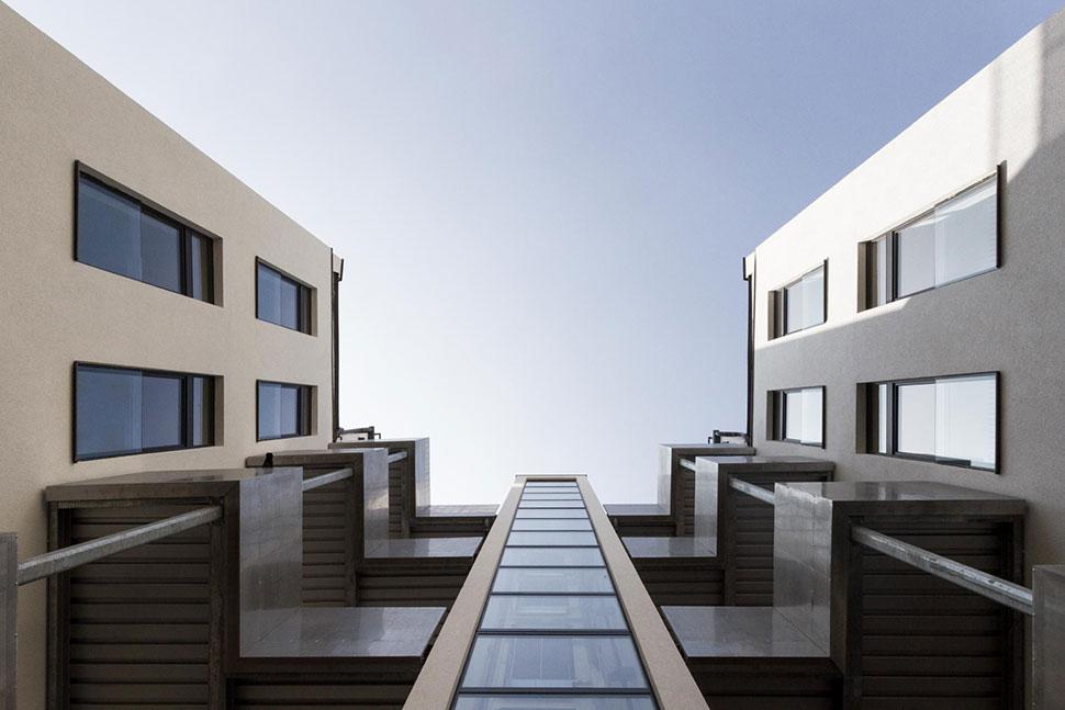 AVEST Immobilie in der Hollergasse 40, 1150 Wien. Innenhof, mit Blick nach oben.