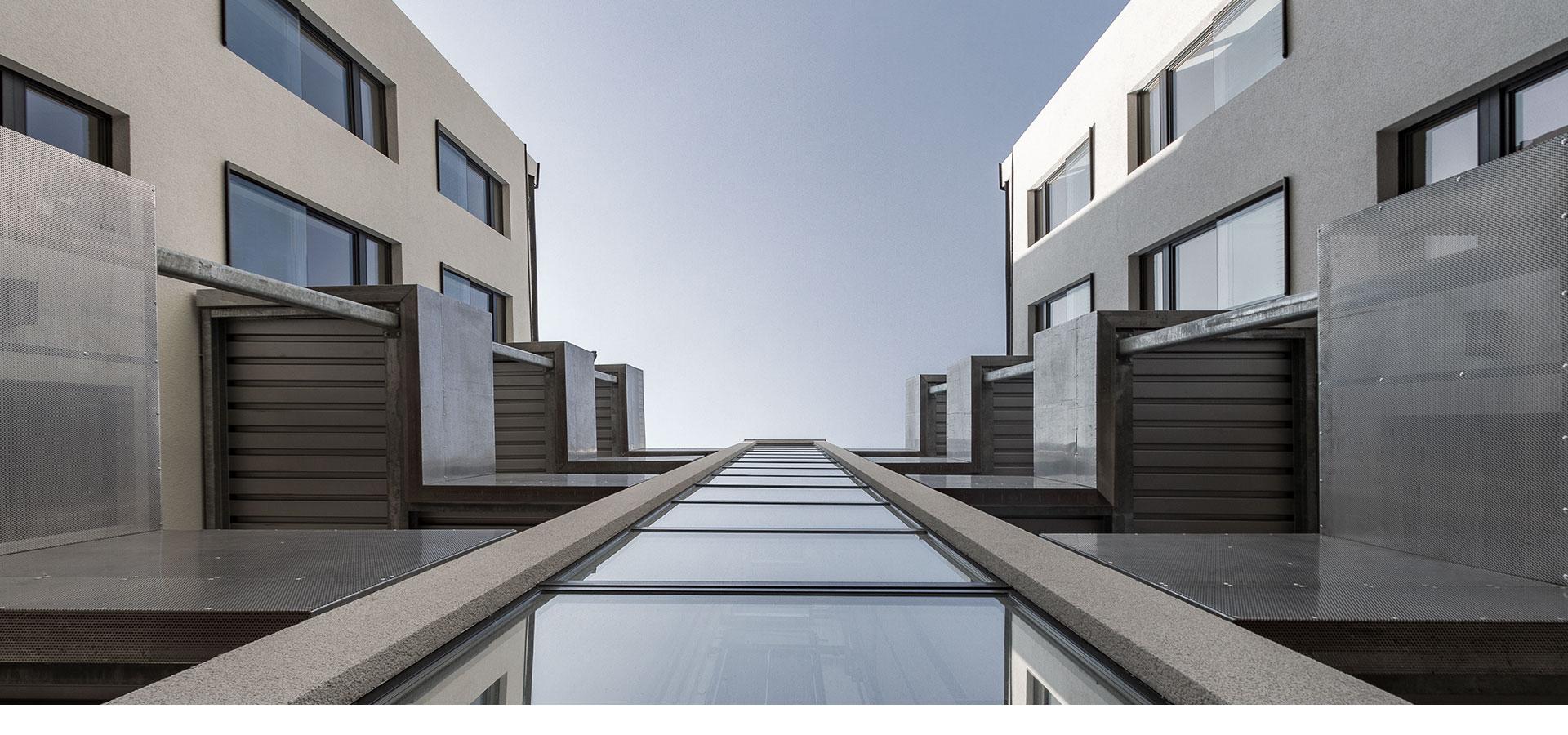 AVEST - Immobilie in der Hollergasse 40, 1150 Wien. Innenhof, mit Blick nach oben.